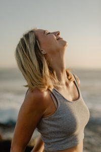 תמונה למאמר ריברסינג אישה שמחה